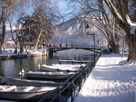 Voici un joli pont avec un joli nom ! Annecy cet hiver sous la neige. Magnifique. Une des plus belle ville de France.